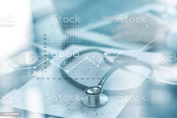 Здравоохранение Бизнесграфик И Медицинское Обследование И Бизнесмен Анализа Данных И Диаграммы Роста На Размытом Фоне — стоковые фотографии и другие картинки Анализировать