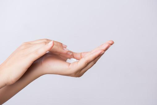 Healthcare Concept Closeup Shot Of Young Woman Hands Applying Moisturizing Hand Cream - Fotografie stock e altre immagini di Accudire