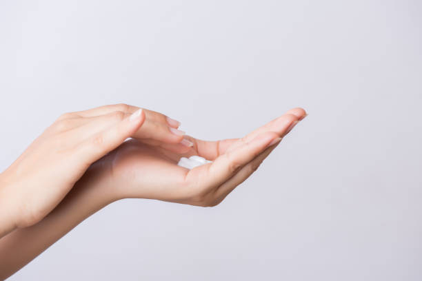 Medizinisches Konzept. Closeup Aufnahme der jungen Frau Hände Anwendung feuchtigkeitsspendende Handcreme. – Foto