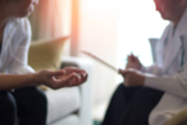 전문적인 심리학자 의사의 의료 개념 심리 치료 세션 또는 변호사 진단 건강에서 상담. - therapist 뉴스 사진 이미지