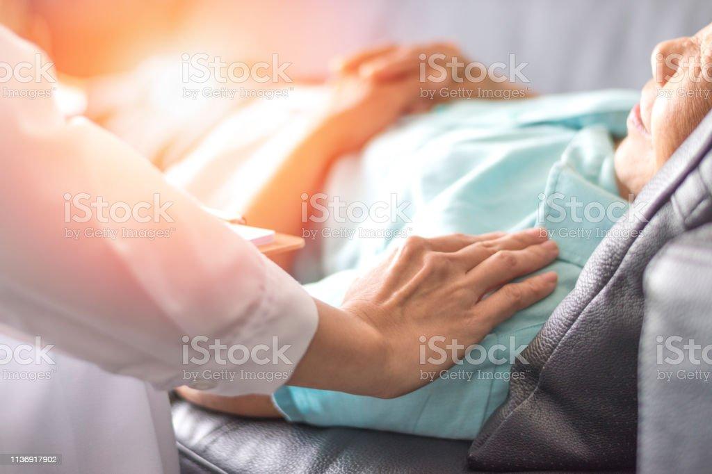 Healthcare begreppet professionell psykolog läkare konsulterande och tröstande äldre patienten i psykoterapi session eller råd diagnos hälsa. - Royaltyfri Assistans Bildbanksbilder