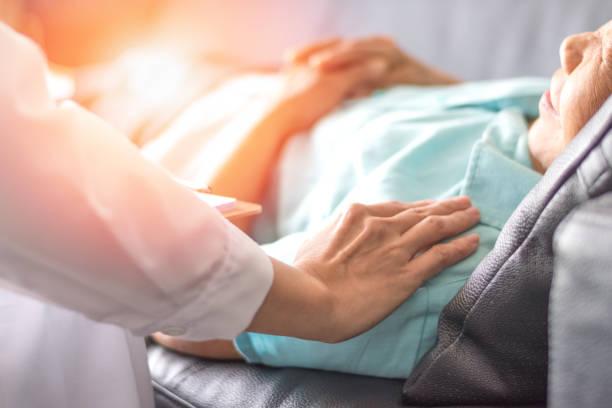 healthcare begreppet professionell psykolog läkare konsulterande och tröstande äldre patienten i psykoterapi session eller råd diagnos hälsa. - omsorg bildbanksfoton och bilder