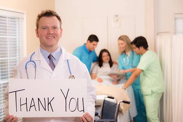 Santé: Docteur détient signe comme cela you».  Patient, personnel en arrière-plan. - Photo