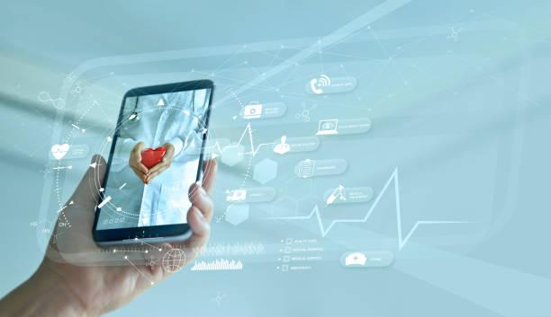 salud, doctor en línea y concepto de hospital virtual, diagnóstico y consulta médica en línea en smartphone, comunicación con paciente en red, tecnología innovadora y médica. - telehealth fotografías e imágenes de stock