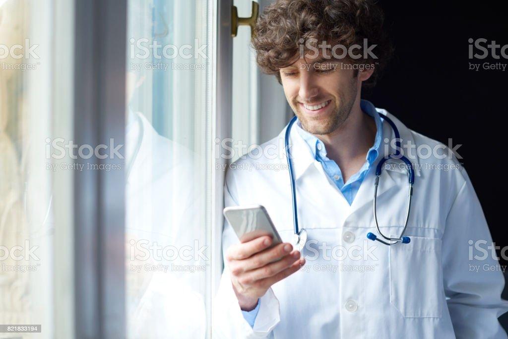 Travailleur de la santé avec téléphone portable - Photo