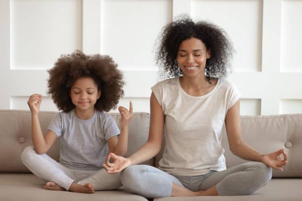 a meditação de ensino da matriz africana saudável senta-se com filha no sofá - consciencia negra - fotografias e filmes do acervo