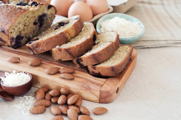 keto-essen, ketogene diät, paleo, fettreichen low-carb, gesunde mandel kokos-butter-kuchen, glutenfrei - paleo kuchen stock-fotos und bilder