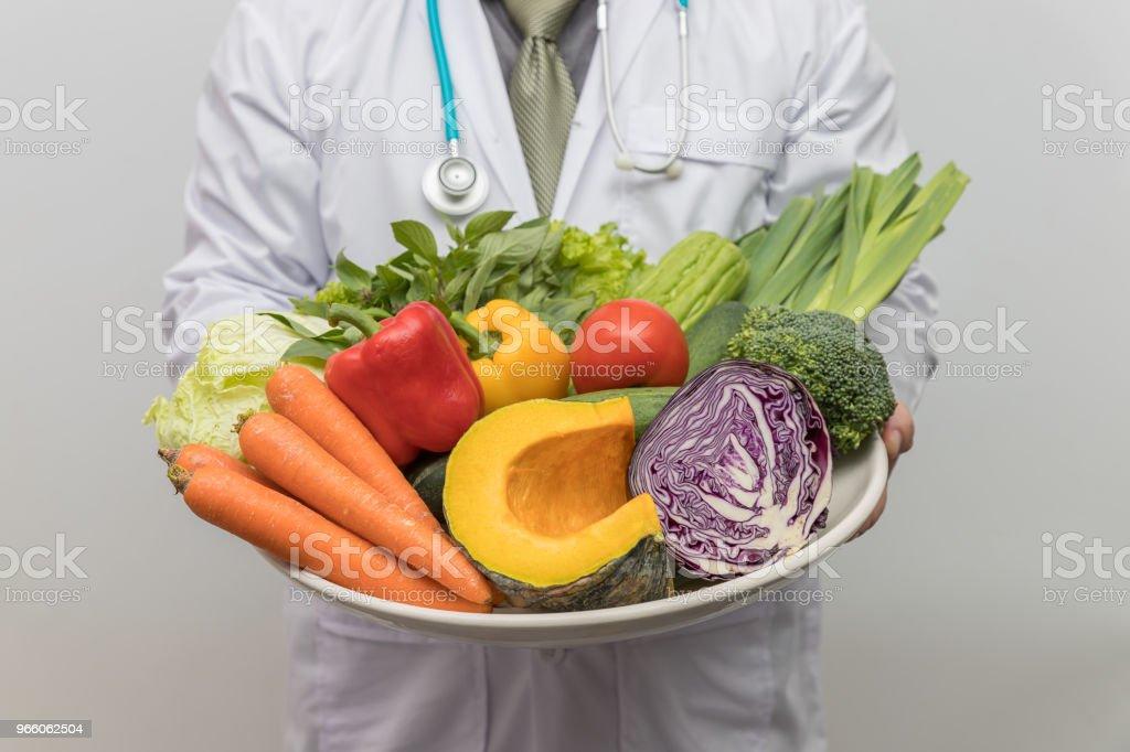 Ernährung und gesund-Konzept. Arzt halten Schale mit frischem Obst und Gemüse. - Lizenzfrei Ananas Stock-Foto