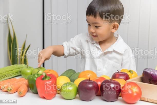 Frisk Och Näring Koncept Barn Lära Sig Om Kost Att Välja Äta Färsk Frukt Och Grönsaker-foton och fler bilder på Alternativ
