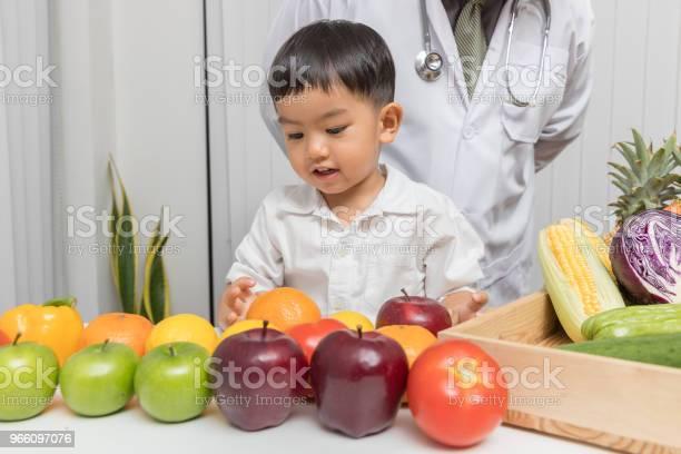 Ernährung Und Gesundkonzept Kinder Lernen Über Ernährung Mit Arzt Zu Wählen Frisches Obst Und Gemüse Zu Essen Stockfoto und mehr Bilder von Abnehmen