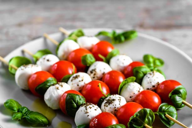 gesunde vorspeise - caprese-salat mit tomaten und mozzarella, italienische küche, mediterrane ernährung mit olivenöl dressing, gewicht-verlust-konzept - caprese salat stock-fotos und bilder