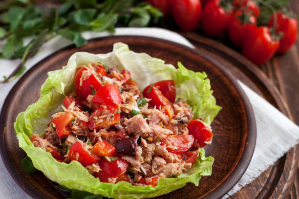 healthy appetizers lettuce wraps with canned tuna - xaile imagens e fotografias de stock