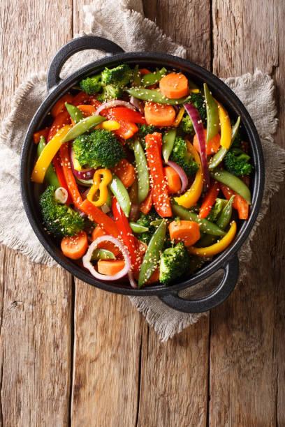 o alimento asiático saudável stir frite dos vegetais com o close-up do sésamo em uma bacia, vista superior vertical - stir fry - fotografias e filmes do acervo