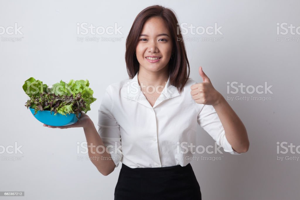 Healthy Asian woman thumbs up with salad. foto stock royalty-free