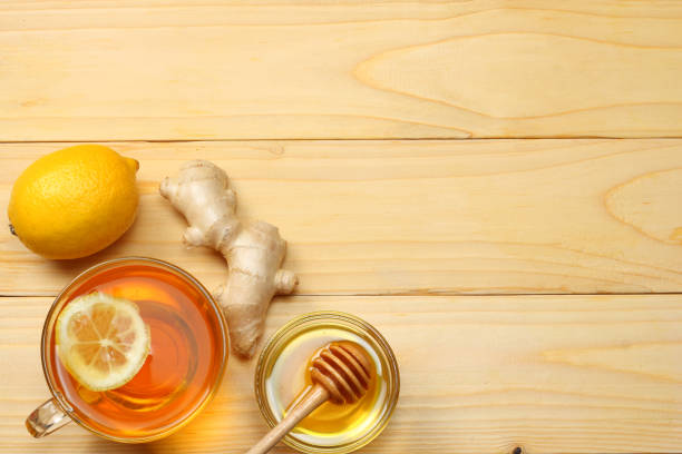 gesunden hintergrund. honig, waben, zitrone, tee, ingwer auf weißer holztisch. draufsicht mit textfreiraum - ingwermarmelade stock-fotos und bilder