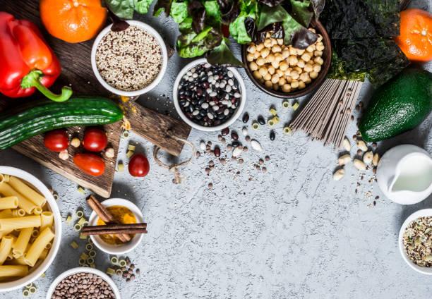 gesundes, ausgewogenes vegetarisches essen-getreide, gemüse, obst, gewürze auf grauem hintergrund, top-ansicht. kopierraum, flaches laien - zimt gurken stock-fotos und bilder