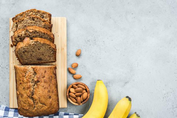 gesundes bananenbrot auf betonhinterm - paleo kuchen stock-fotos und bilder