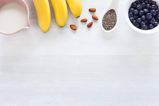 Gesunde Blaubeeren und Bananen und andere Zutaten – Foto