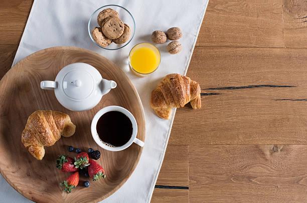 gesundes frühstück ganz wie zu hause fühlen. - tablett holz stock-fotos und bilder
