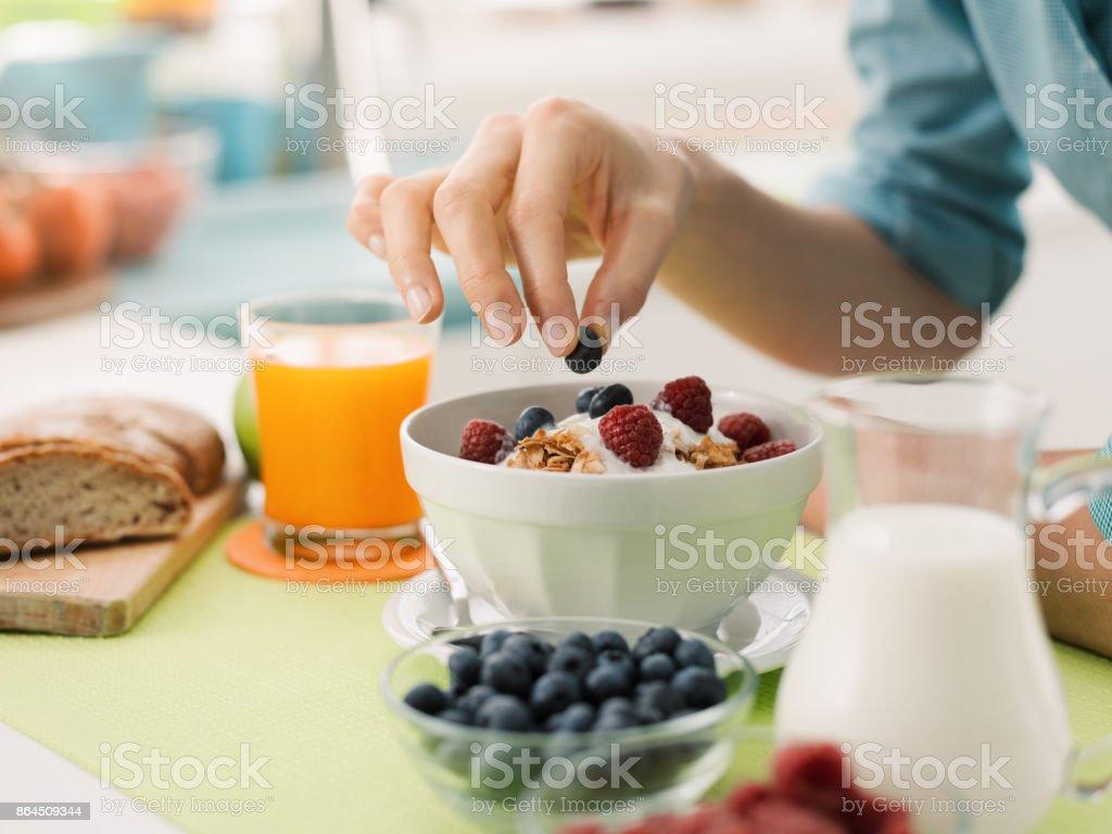Hälsosam frukost hemma bildbanksfoto