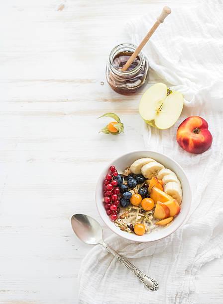 gesundes frühstück. schüssel mit hafer müsli mit joghurt und frischen beeren - getreidebrei stock-fotos und bilder