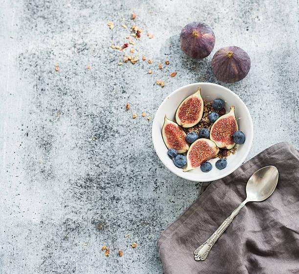 gesundes frühstück. schüssel mit hafer müsli mit joghurt, frische blaubeeren - getreidebrei stock-fotos und bilder