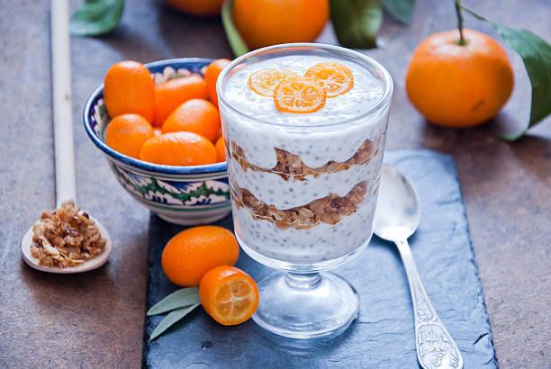 gesundes frühstück-chia seed pudding - chia pudding kokosmilch stock-fotos und bilder