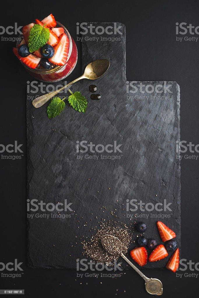 Petit déjeuner équilibré et cuisine du restaurant. Chia avec des fruits rouges frais et desserts - Photo