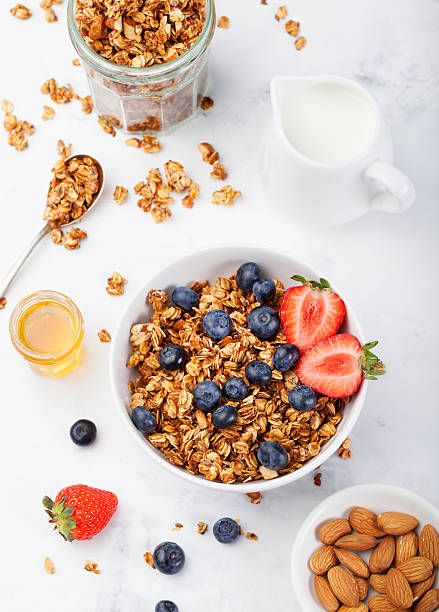 Sano muesli con colazione fresca, ai cereali in ciotola - foto stock