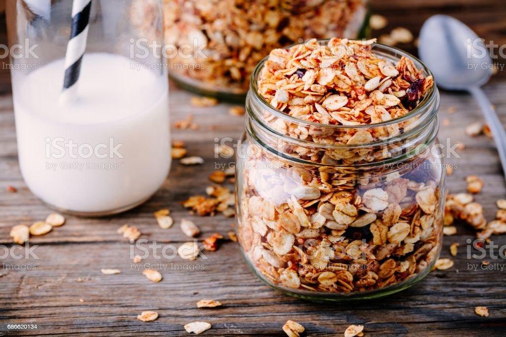 Healthy breakfast homemade granola in glass jar photo libre de droits