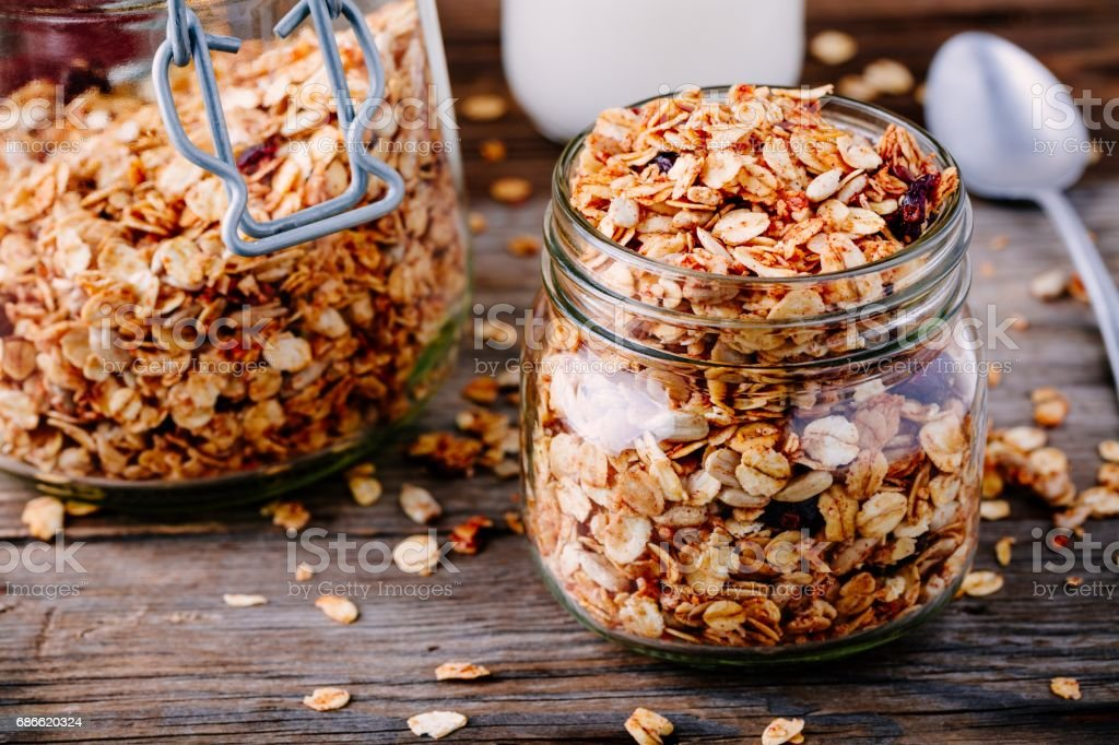 Healthy breakfast homemade granola in glass jar photo libre de droits