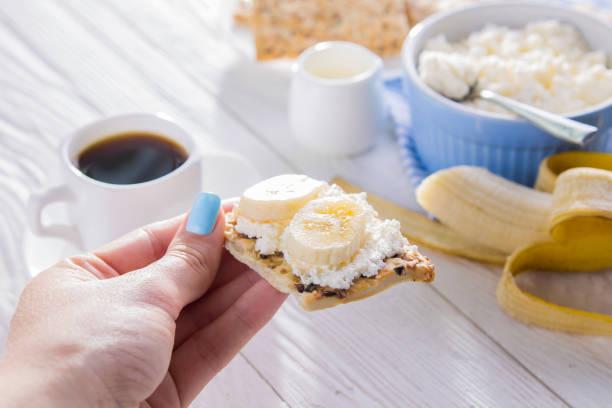 gesundes frühstück mit hüttenkäse, körnig kekse und kaffee - quarkspeise stock-fotos und bilder