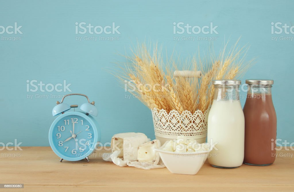 Healthy breakfast next to alarm clock waking up at morning foto stock royalty-free