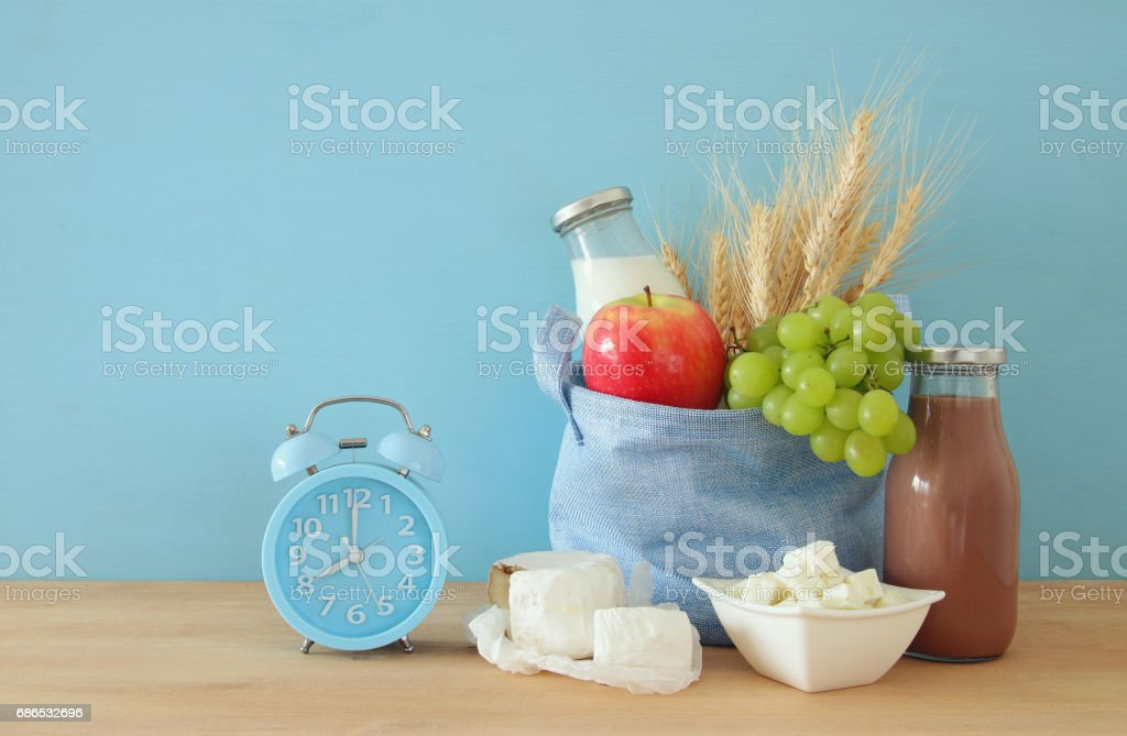 Hälsosam frukost intill väckarklocka vaknar upp på morgonen royaltyfri bildbanksbilder