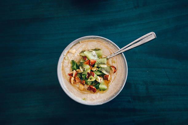 gesundes frühstück auf dem tisch - getreidebrei stock-fotos und bilder