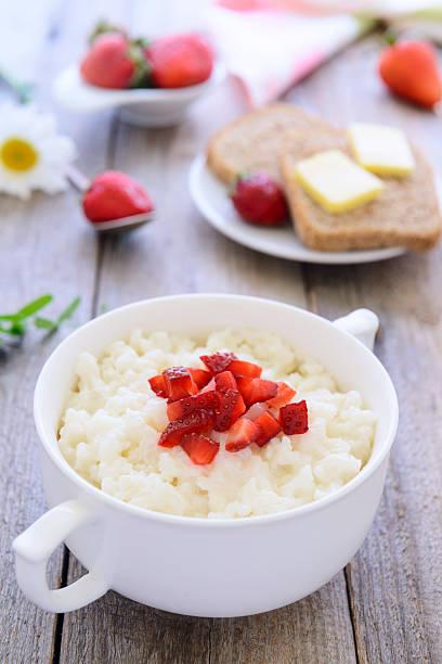 Gesundes Frühstück: Reispudding mit Erdbeere – Foto