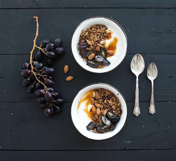 gesundes frühstück mit. schalen von hafer müsli mit joghurt, frisch - getreidebrei stock-fotos und bilder