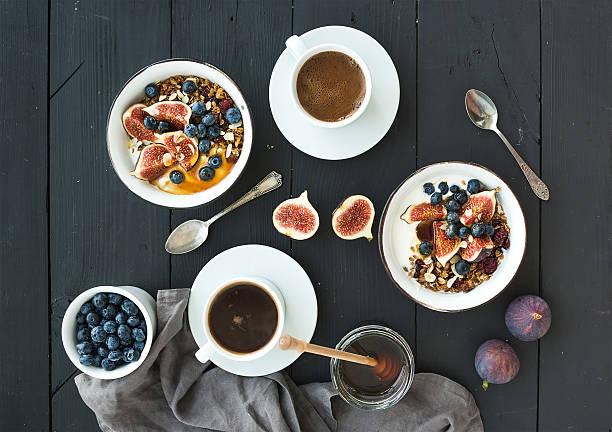 gesundes frühstück mit. schalen von hafer müsli mit joghurt, frisch - himbeer crumble stock-fotos und bilder