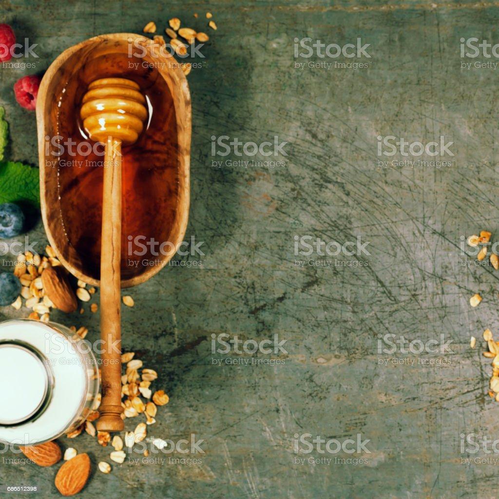Gezond ontbijt set met honing, amandelmelk, muesli en bessen royalty free stockfoto