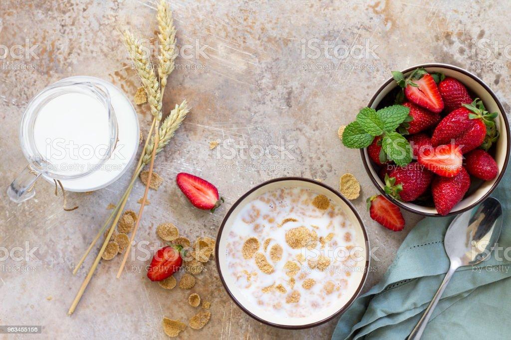 Sağlıklı kahvaltı - bütün tahıl gevreği, süt ve taş ya da arduvaz arka plan üzerinde taze çilek. Beslenme sağlık kavramı. Alan, en iyi kopya görüntülemek düz yatıyordu arka plan. - Royalty-free Arka planlar Stok görsel