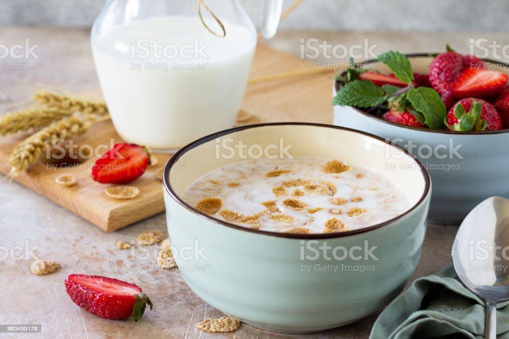 Sağlıklı kahvaltı - bütün tahıl gevreği, süt ve taş ya da arduvaz arka plan üzerinde taze çilek. Beslenme sağlık kavramı. - Royalty-free Arka planlar Stok görsel