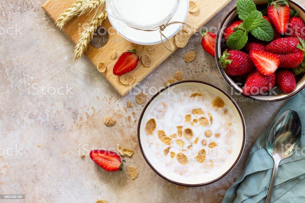 Petit-déjeuner sain - grain entier de flocons, de lait et de fraises fraîches sur fond ardoise ou de pierre. Le concept de nutrition santé. Copier espace, albums Découvre fond plat laïc. - Photo de Aliment libre de droits