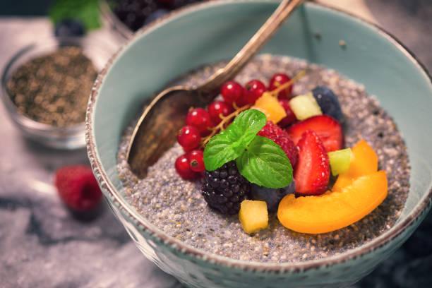 gesundes frühstück mit chia-samen - chia pudding kokosmilch stock-fotos und bilder