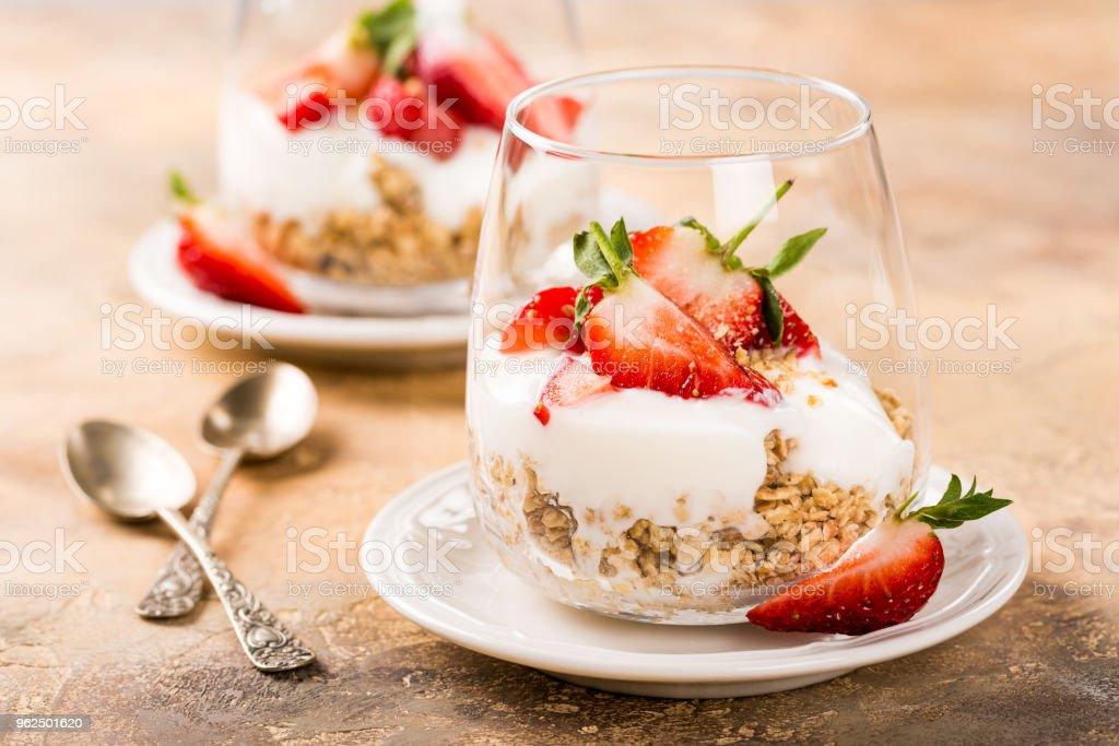 Saudável café da manhã com granola e bagas - Foto de stock de Alimentação Saudável royalty-free