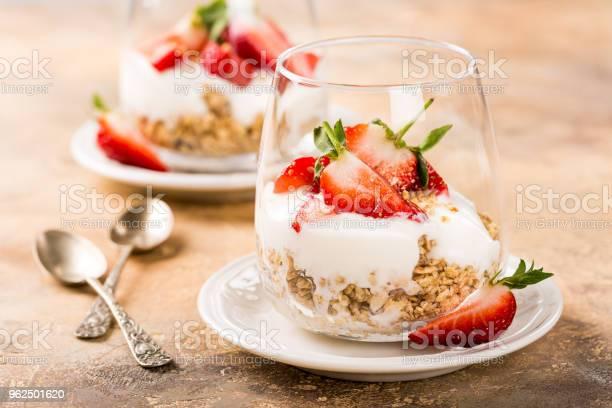 Foto de Saudável Café Da Manhã Com Granola E Bagas e mais fotos de stock de Alimentação Saudável