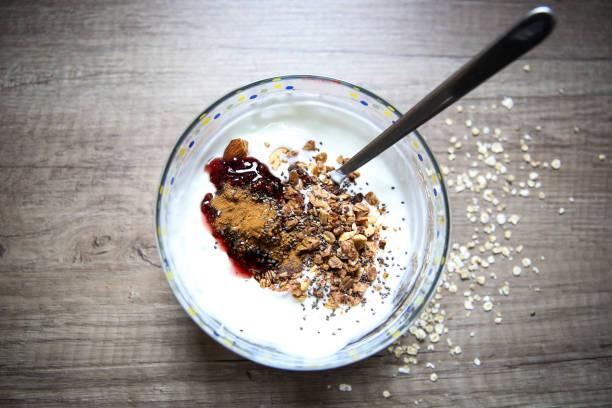 Gezond ontbijt met melk en granola foto
