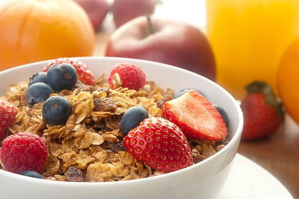 gesundes frühstück mit müsli - haferflocken rosinen stock-fotos und bilder