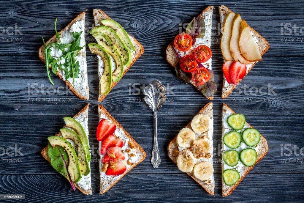 Beyaz arka plan en iyi görünümde ayarlamak sandviç ile sağlıklı kahvaltı royalty-free stock photo
