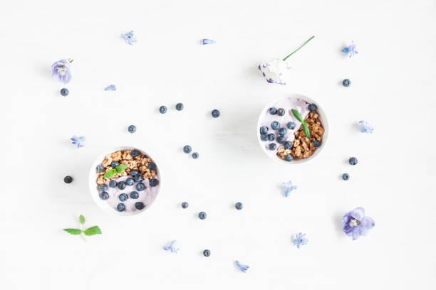 gesundes frühstück mit joghurt, müsli und beeren - getreidebrei stock-fotos und bilder