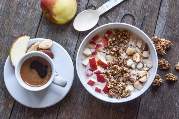 gesundes frühstück - joghurt mit müsli und kaffee - zuckerfreie lebensmittel stock-fotos und bilder